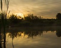 与太阳的水反射的美好的太阳上升 免版税库存图片