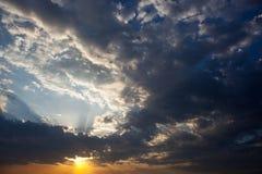 与太阳的Cloudscape发出光线放热从云彩的后面 图库摄影