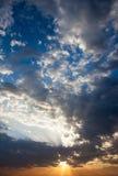 与太阳的Cloudscape发出光线放热从云彩的后面 免版税库存照片