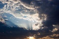 与太阳的Cloudscape发出光线放热从云彩的后面 库存照片