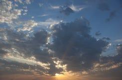 与太阳的Cloudscape发出光线放热从云彩的后面 库存图片