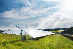 与太阳能发电厂的风景 库存照片