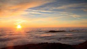 与太阳设置和雾的风景 免版税库存图片