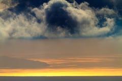 与太阳设置的风景 免版税库存照片
