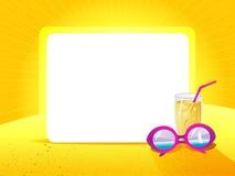 与太阳镜的在黄色背景的贺卡和饮料 免版税库存图片