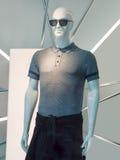 与太阳镜的时髦的公显示时装模特,北京,中国 库存图片