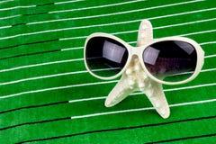 与太阳镜的海星 免版税库存照片