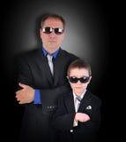 与太阳镜的父亲和儿子侦探 免版税图库摄影
