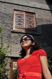 与太阳镜的秀丽 图库摄影