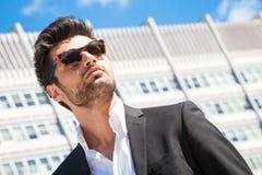 与太阳镜的英俊的商人 免版税图库摄影