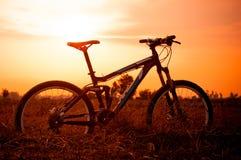 与太阳黎明的Bikecycle 图库摄影