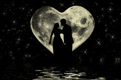 与夫妇的浪漫华伦泰大气在月光 图库摄影
