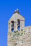 与夫妇的白色鹳巢对此,在弗洛尔da罗莎修道院的钟楼顶部 免版税库存照片