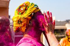 与头巾的在他的面孔的印地安人和颜色 免版税库存图片