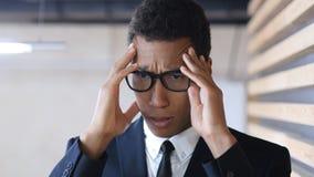 与头疼的绝望疲乏的美国黑人的商人 免版税库存图片