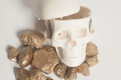 与头骨头的金黄矿块 库存图片