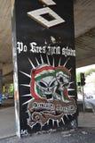 与头骨的Legia华沙橄榄球的街道画和标志棍打 库存图片