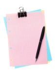 与夹子和笔的五颜六色的被排行的办公室纸 免版税库存图片