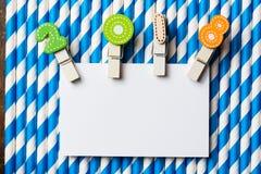 与夹子的白色空插件2018年在蓝色白色条纹秸杆 免版税库存图片
