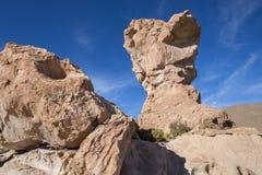 与奇怪的形状的岩层与蓝天,玻利维亚 库存图片
