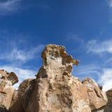与奇怪的形状的岩层与蓝天,玻利维亚 免版税库存图片