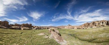 与奇怪的形状的岩层与蓝天,玻利维亚 库存照片