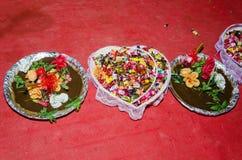 与奎宁、花和甜点的传统东方盘婚姻或在猩红色背景的订婚庆祝的 免版税库存照片