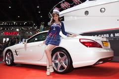与奔驰车SL350的未认出的女性模型 图库摄影