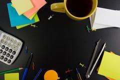 与套五颜六色的供应,白色空白的笔记本,杯子,笔,个人计算机的办公室桌桌面视图,弄皱了纸,花  库存照片