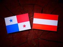 与奥地利旗子的巴拿马旗子在树桩 免版税库存图片
