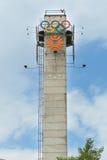 与奥林匹克运动会徽标的塔  免版税库存照片