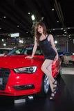 与奥迪A3大型高级轿车的未认出的女性模型 免版税库存图片