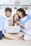 与女儿唱歌卡拉OK演唱的家庭 免版税库存图片