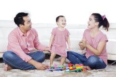 与女儿的亚洲父母戏剧演播室的 免版税库存照片