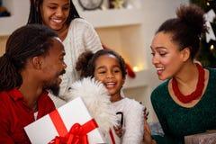 与女儿的家庭在圣诞前夕享用 免版税库存图片