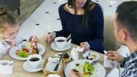 与女儿的愉快的家庭吃午餐在咖啡馆 影视素材