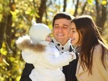 与女儿的系列在秋天公园 库存照片