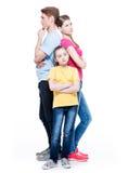 与女儿ng后面的StandiThoughtful家庭 库存照片