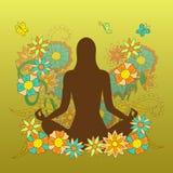 与女孩剪影的卡片在瑜伽在花卉backgroun的莲花姿势 库存照片