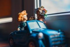与女孩和男孩开会的小雕象的一个浪漫场面 免版税库存照片
