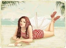 与女孩的减速火箭的看板卡海滩的 免版税库存图片