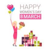 与女孩的愉快的妇女天3月8日贺卡在拿着郁金香的花束在白色背景的礼物盒 免版税库存图片