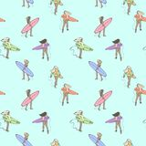 与女孩的无缝的颜色样式有走沿海滩的水橇板的 免版税图库摄影