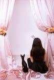 与女孩的狗党背面图的,自由空间 免版税图库摄影