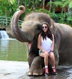 与女孩的美丽的独特的大象大象保护保留的在巴厘岛印度尼西亚 库存图片