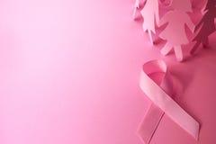 与女孩纸玩偶的美好的桃红色丝带形状在桃红色backgro 免版税库存照片