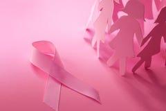 与女孩纸玩偶的美好的桃红色丝带形状在桃红色backgro 库存照片