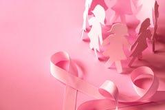与女孩纸玩偶的美好的桃红色丝带形状在桃红色backgro 免版税库存图片