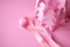 与女孩纸玩偶的美好的桃红色丝带形状在桃红色backgro 免版税图库摄影