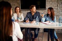 与女性候选人的面试现代办公室事务的p 免版税库存图片